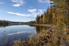 Lago con acqua calma e riflessioni dal cielo fotografia stock