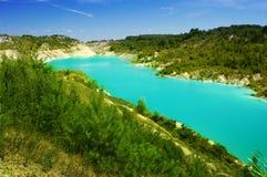 Lago con agua azul clara imagenes de archivo