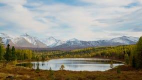Lago con agua clara en las montañas metrajes