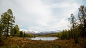 Lago con agua clara en las montañas almacen de video