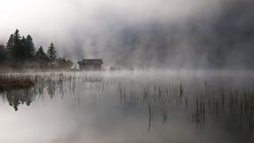 Lago con autunno-nebbia Fotografia Stock