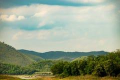 Lago con catena montuosa fotografia stock