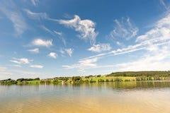 Lago con cielo blu Fotografie Stock