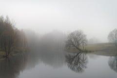 lago con de niebla por la mañana Imagen de archivo