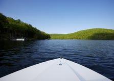 Lago con el arqueamiento del barco en primero plano Imagen de archivo libre de regalías