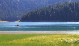 Lago con el bote pequeño imagen de archivo