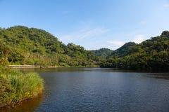 Lago con el cielo azul Fotos de archivo libres de regalías
