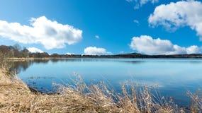 Lago con el cielo azul Imagen de archivo libre de regalías