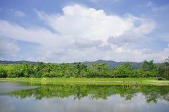 Lago con el cielo azul Foto de archivo