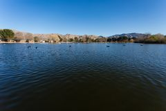Lago con el fondo del Mountain View del desierto Fotos de archivo libres de regalías