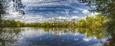 Lago con gli alberi e le nuvole di riflessioni Fotografie Stock Libere da Diritti