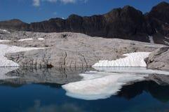 Lago con hielo y montañas Fotografía de archivo