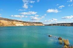 Lago con il litorale sabbioso brusco fotografie stock