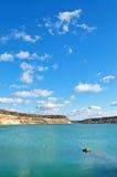 Lago con il litorale sabbioso brusco Immagini Stock