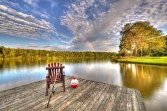 Lago con l'attrezzatura di pesca fotografie stock libere da diritti
