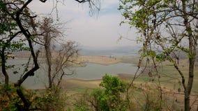 Lago con la banca scenica Fotografia Stock Libera da Diritti