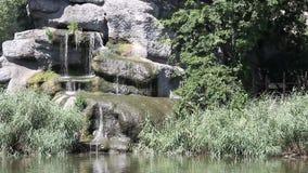 Lago con la cascata stock footage