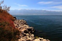 Lago con la montaña de la piedra y de la nieve fotos de archivo