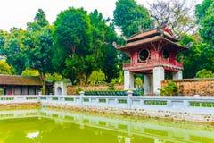 Lago con la pagoda de madera en el templo hermoso de la UNESCO de la literatura, Hanoi, Vietnam fotos de archivo