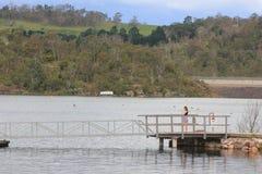 Lago con la rampa y la muchacha del barco Foto de archivo libre de regalías