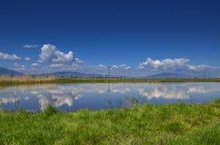 Lago con la reflexión - paisaje relajante Fotos de archivo