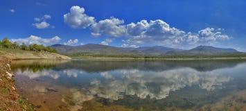 Lago con la reflexión - paisaje relajante Foto de archivo