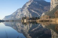 Lago con la riflessione di un castello e delle montagne Immagini Stock Libere da Diritti