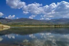 Lago con la riflessione - paesaggio di rilassamento fotografie stock
