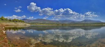 Lago con la riflessione - paesaggio di rilassamento fotografia stock