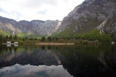 Lago con las montan@as y dos furgonetas Foto de archivo libre de regalías