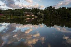 Lago con las nubes Imagenes de archivo