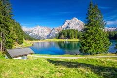 Lago con le alpi svizzere, Cantone di Uri, Svizzera Arnisee Fotografia Stock Libera da Diritti