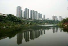 Lago con le alte costruzioni di aumento Fotografia Stock Libera da Diritti