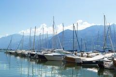 Lago con le barche sull'acqua Bello paesaggio in Italia con le barche sull'acqua fotografia stock libera da diritti
