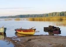 Lago con le barche sulla riva Fotografia Stock