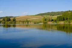 Lago con le colline Fotografie Stock