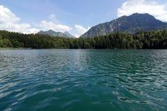 Lago con le montagne dietro Fotografia Stock