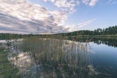lago con le riflessioni dell'acqua nel effe variopinto dell'annata di giorno di autunno Fotografia Stock Libera da Diritti