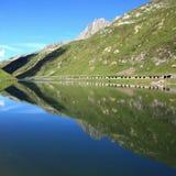 Lago con le riflessioni della montagna Immagini Stock Libere da Diritti