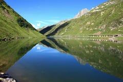Lago con le riflessioni della montagna Immagini Stock