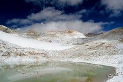 Lago con le riflessioni della montagna della neve Immagine Stock
