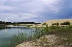 Lago con le spiagge sabbiose Fotografie Stock