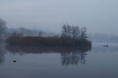 Lago con nebbia Immagini Stock