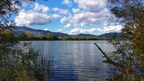 Lago con panorama della montagna fotografie stock libere da diritti