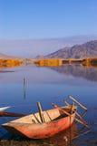 Lago con una barca fotografia stock