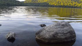 Lago con una grande pietra video d archivio