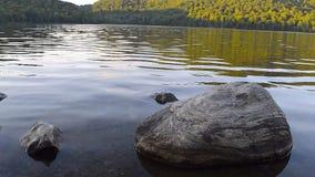 Lago con una piedra grande almacen de metraje de vídeo