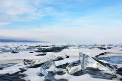 Lago congelado com os montes da neve e do gelo Imagem de Stock