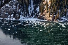 Lago congelado da montanha imagens de stock