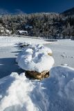 Lago congelado de cruzamento em rochas nevado no idílio cênico do inverno em Kranjska Gora no céu azul, Eslovênia Foto de Stock Royalty Free